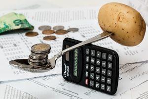 Ældrecheck, calculator with a spoon balancing, Trust Hansen